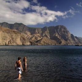 Plage et montagne par José María Cuéllar, der Strand von Agaete, beach in Gran Canaria