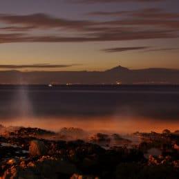 The sea boils off Gran Canaria by Andrew Wilson 70, Aussicht von Teneriffa aus Agaete im Nordem von Gran Canaria, le volcan Teide vue depuis le nord de Gran Canarie, vista de Tenerife desde la playa de Las Salinas