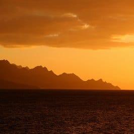 Zoltan Bartalis, oragefarbener Sonnenuntergang in Agaete, la Queue du Dragon au coucher du Soleil, splendid fire sunset in the Canaries