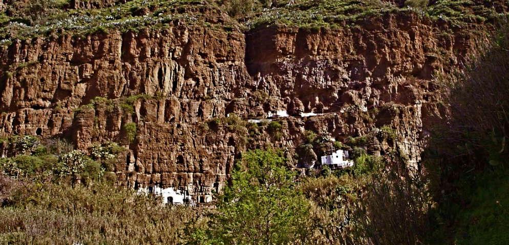 Maisons El Hornillo suspendus au rocher, casas del Hornillo en Agaete, El Hornillo houses carved into the rock, Höhlenhäuser auf den kanarichen Inseln
